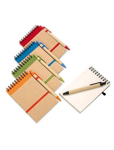 Des blocs-notes à spirale avec leurs stylos