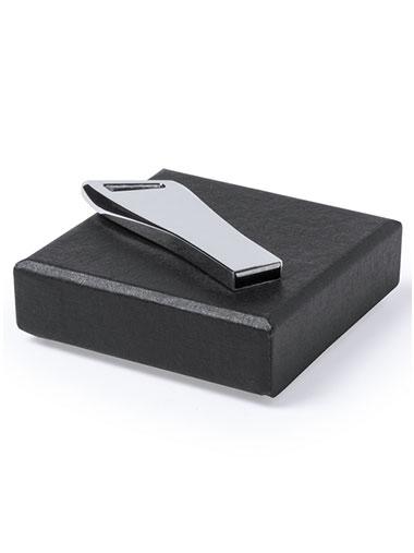 Clé USB argentée posée sur un coffret cadeau noir