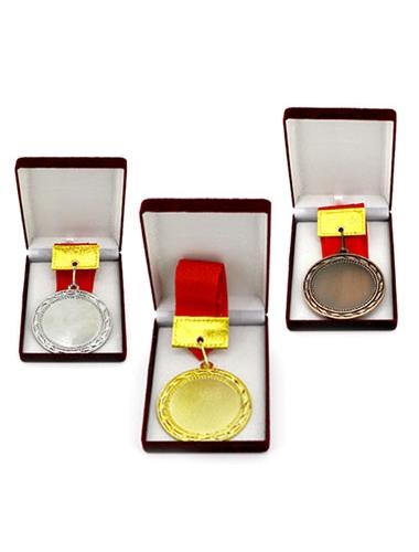Trois médailles en bronze, en or et en argent disposés dans leurs coffrets