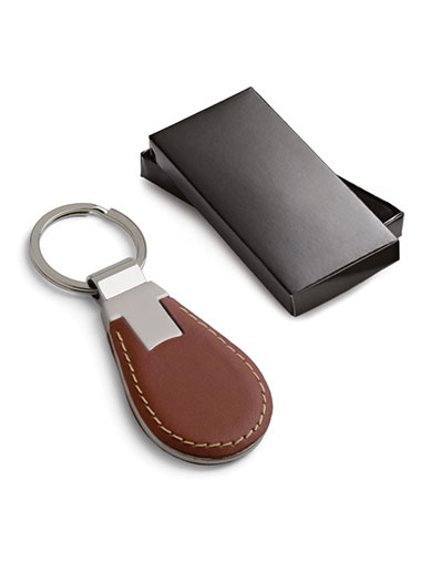Porte-clés en cuir de couleur marron à côté de son coffret cadeau