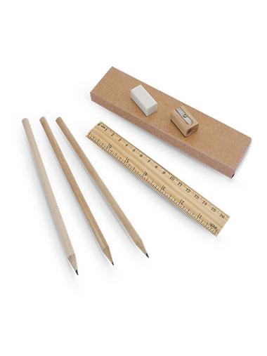 Trois crayons, une règle, une gomme et un taille-crayon posé sur un coffret en carton
